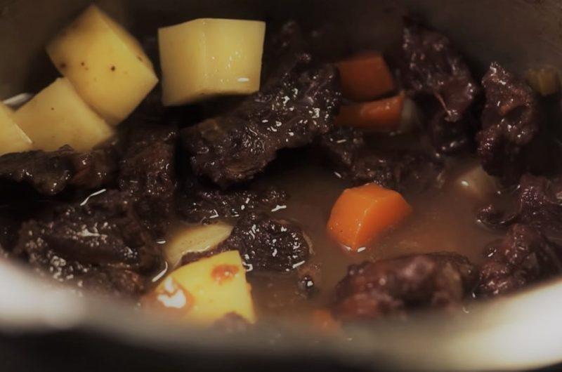 Batatas na carne de panela