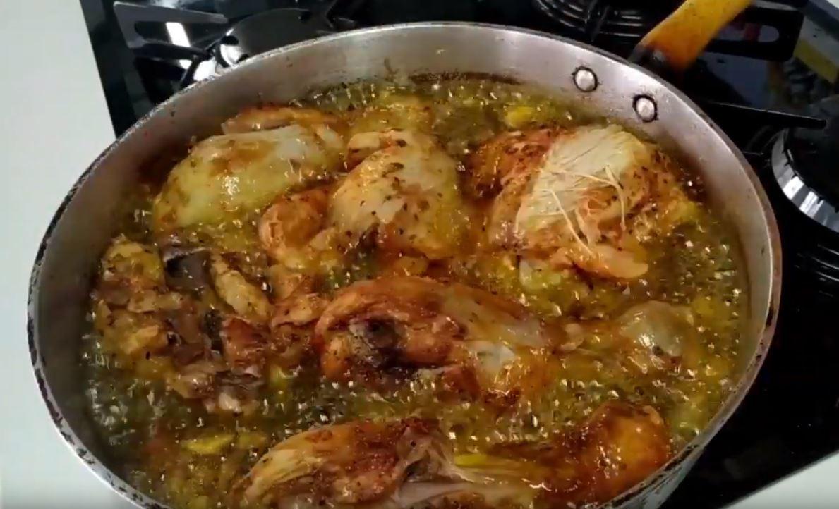 Fritando frango