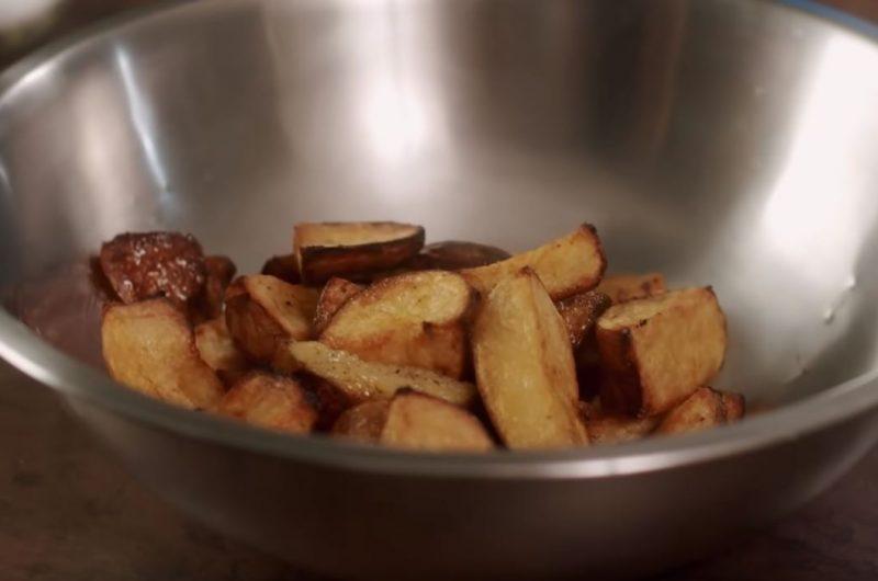 Tigela com batatas assadas