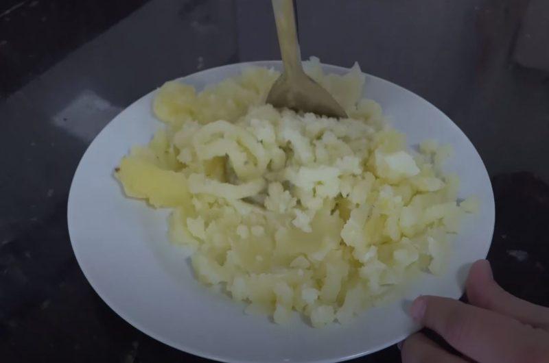 Amassando batatas