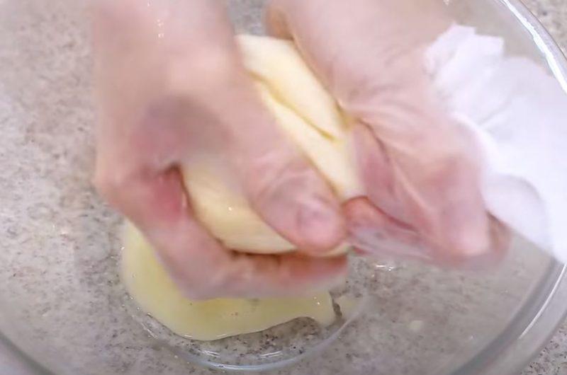 Tirando água da mandioca
