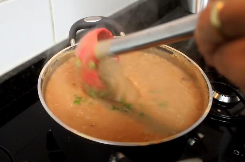 Caldo de feijão misturando