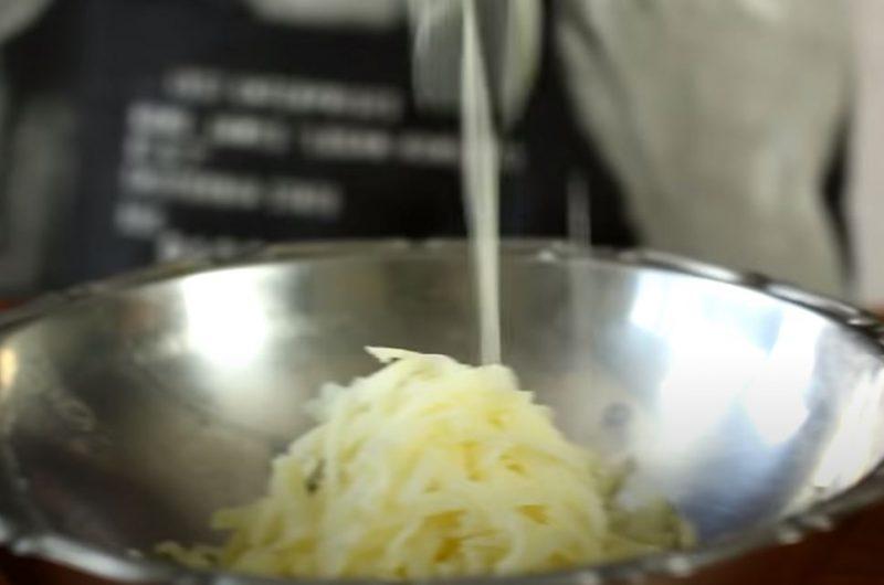 ralando as batatas