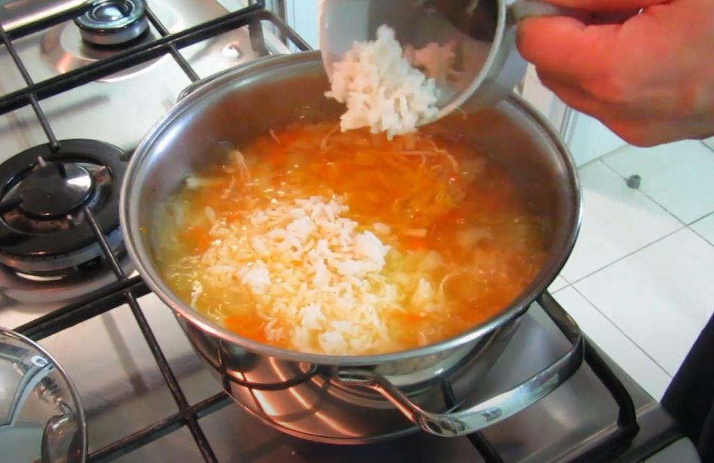 adicionando arroz cozido