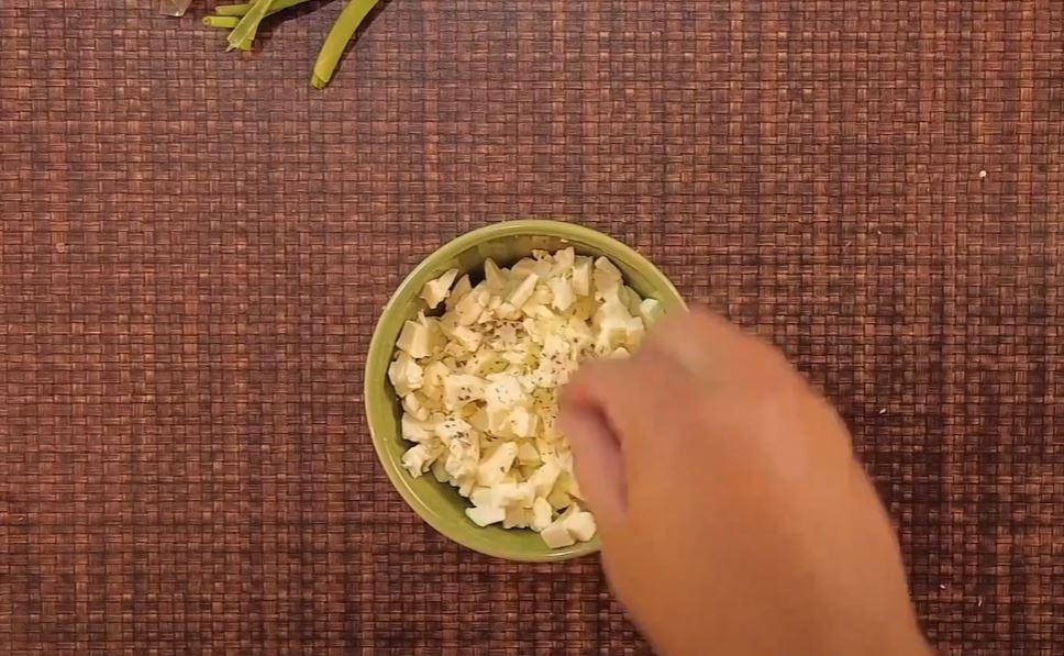 adicionando manjericão no requeijão
