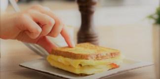 sanduiche de omelete virado